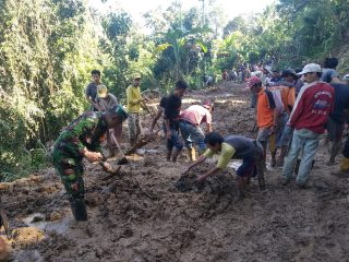 Anggota Kodim 1402/Polmas Dikerahkan Bersihkan Material Longsor di Tutar