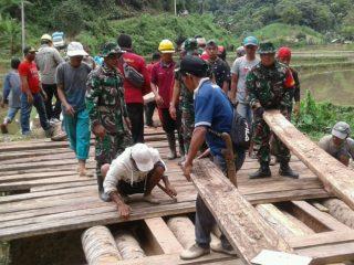 TNI dan Warga Gotong Royong Bangun Jembatan di Matangnga