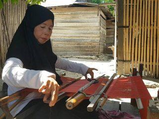 Mengenal Fatimah, Pengrajin Lipa Sabbe di Laliko