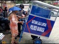 Bahagianya Pedagang Tua di Mamasa, Dapat Hadiah Gerobak Mahal dari Polisi