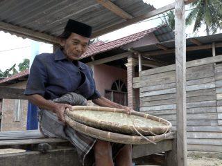 Kisah Kakek Tabelo di Polman, Puluhan Kilometer Berjalan Kaki Jualan Penampi