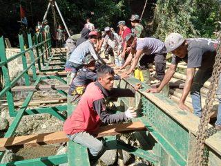 Bersama Warga, Prajurit TNI Dikerahkan Bangun Jembatan di Pedalaman Polman