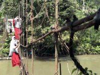 Mengerikan Aksi Pelajar di Mamasa, Bergantung di Tali Jembatan demi Sekolah