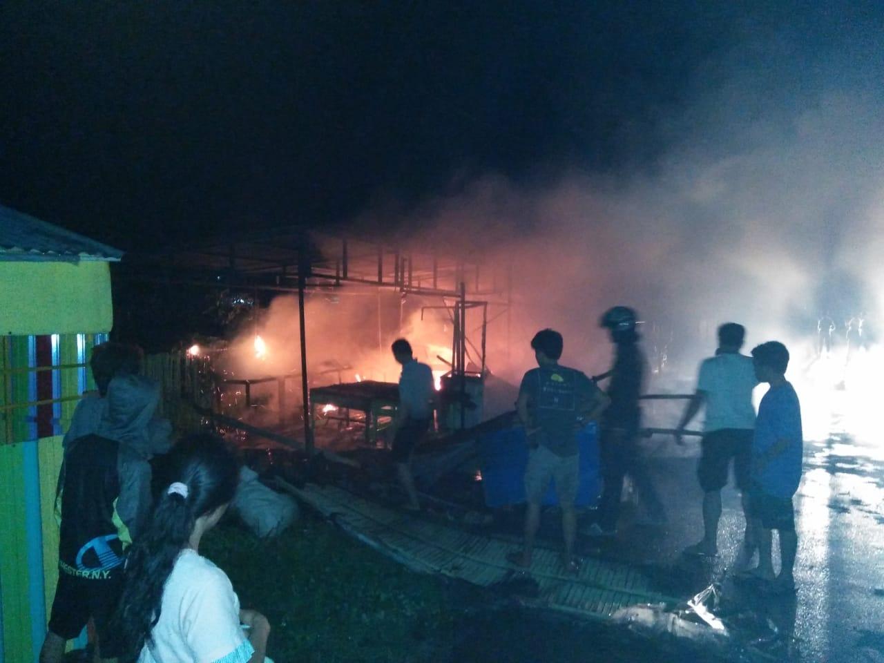 Warung Es Teler Habis Terbakar, diduga dipicu hubungan pendek arus listrik
