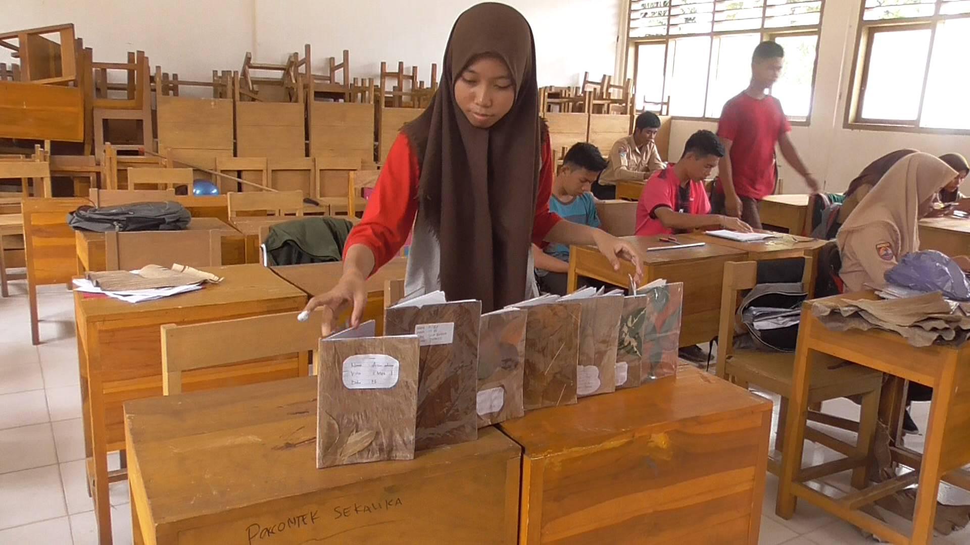 Kreatif, Siswa-Siswi SMA Tapango Sulap Daun Kering Jadi Pembungkus Buku