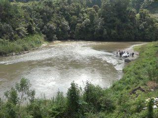 Minibus Masuk Jurang dan Terseret Arus Sungai di Mamasa, 3 Penumpang Hilang