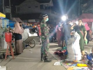 Jelang Idul Fitri, Babinsa Kodim 1402/Polmas Aktif Edukasi Warga Tingkatkan Prokes