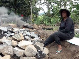 Kisah Lena, Wanita Perkasa sang Pemecah Batu di Polman