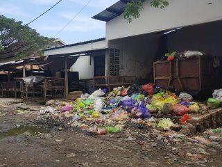 Tumpukan Sampah di Pasar Tinambung Dikeluhkan Warga